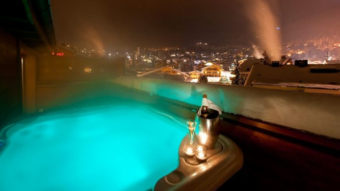 Nevaï steamy hot tub with evening view
