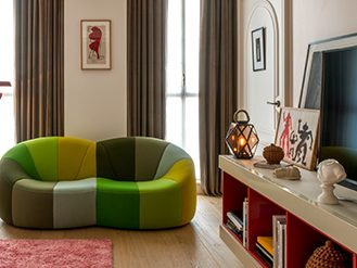 Executive room with colorful sofa at the Sinner Paris