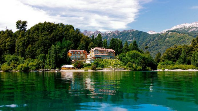 Correntoso Lake & River Hotel on the edge of a green lake