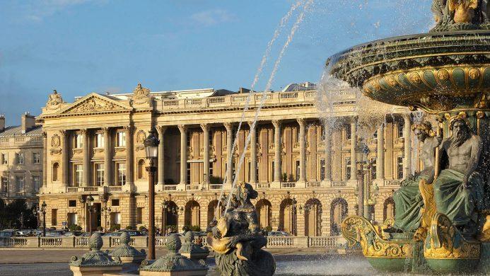 Hôtel de Crillon за фонтаном на площади Согласия