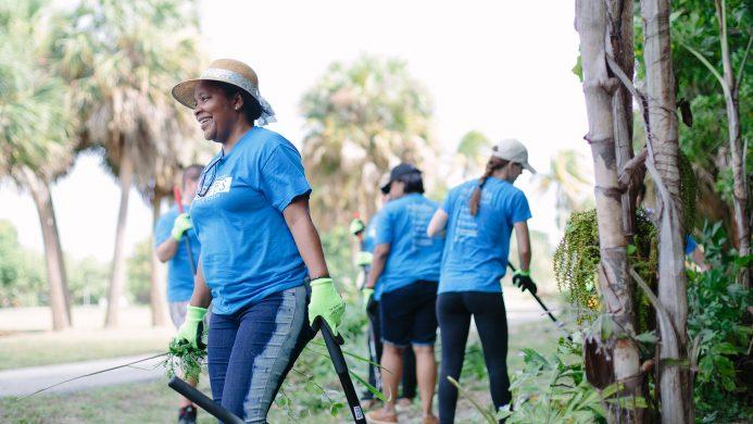 Персонал Breakers Palm Beach убирает парк Дреер
