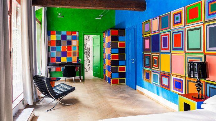 Галерея на большой террасе отеля Galleria Vik Milano с красочными произведениями современного искусства на стенах